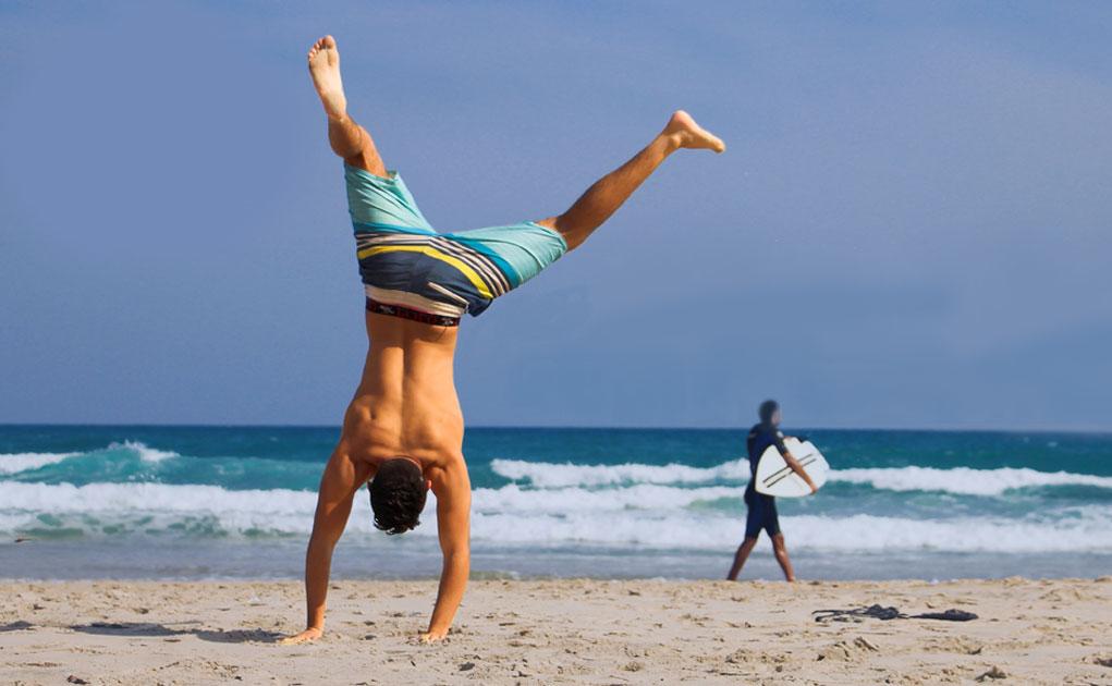 Casa Segura no Verão - Homem descansado a passar férias na praia